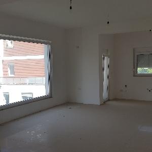Shitet Apartament tek…